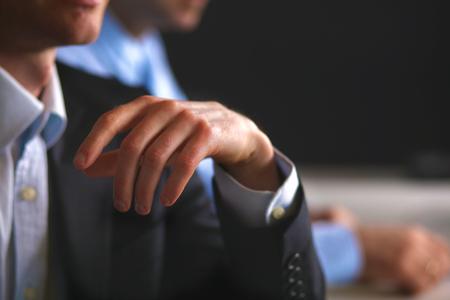 personas saludandose: Reunión de negocios en la mesa dando la mano la celebración del contrato.