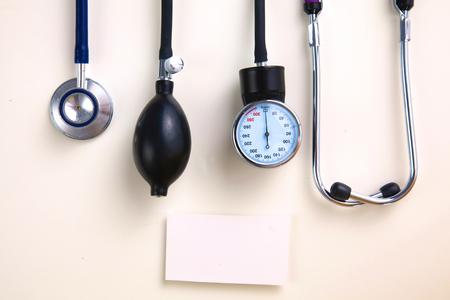 Équipement médical Sang mètres de pression isolé sur blanc. Banque d'images