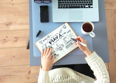 디자이너는 자신의 사무실에서 디지타이저를 사용하여 책상, 작업.