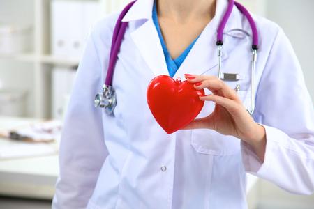 estetoscopio: Primer plano de mujer m�dico con estetoscopio y el coraz�n
