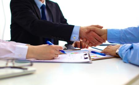 saludo de manos: Negocios apret�n de manos. Dos hombre de negocios d�ndose la mano unos con otros en la oficina. Foto de archivo