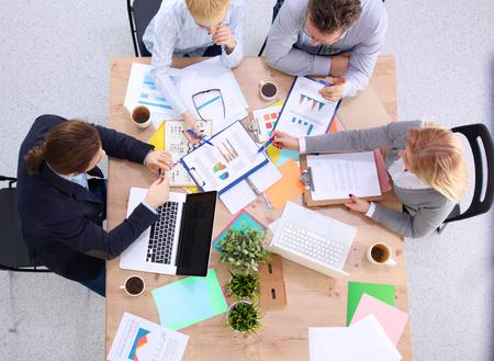 비즈니스 회의 - 그의 동료와 작업을 논의하는 매니저. 스톡 콘텐츠
