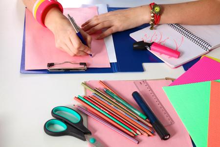 Junge Grafiker working on Laptop Tablet zu Hause verwenden. Standard-Bild - 55512359