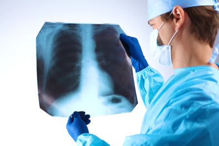 Médecin examinant une radiographie pulmonaire x ray. Banque d'images - 65573310