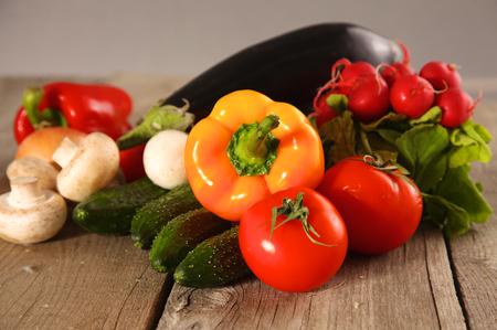 Verduras frescas en una mesa de madera limpia.
