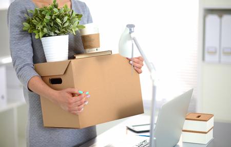 Joyeuse équipe de gens d'affaires en déplacement, emballage des boîtes, souriant.