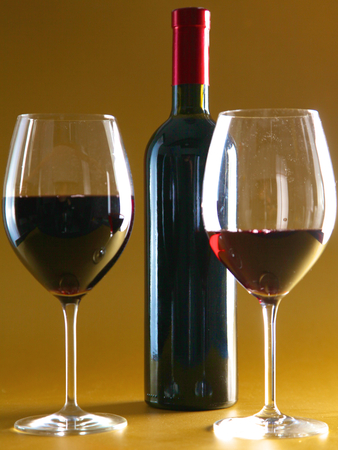 na stole láhev vína a skla Reklamní fotografie