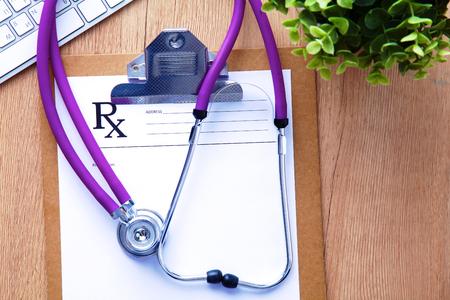 Un estetoscopio médico se encuentra en la historia clínica de los pacientes en un fondo de computadora. El concepto de atención médica o seguro Foto de archivo - 75648152