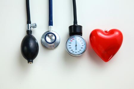 Matériel médical Blood pressure meter isolé sur blanc Banque d'images - 75648366