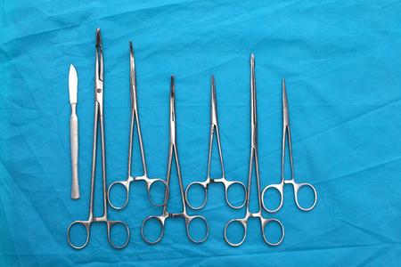chirurgische instrumenten en gereedschappen zoals scalpels, pincetten en pincet gerangschikt op een tafel voor een operatie. Stockfoto
