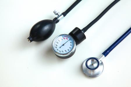 Medidor de presión arterial y estetoscopio, aislado en blanco Foto de archivo - 82097541