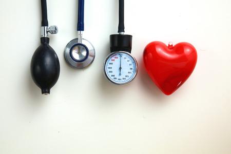 Miernik ciśnienia krwi i stetoskop, samodzielnie na białym tle Zdjęcie Seryjne