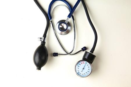 Medidor de presión arterial y un estetoscopio, aislado en blanco Foto de archivo - 82109137