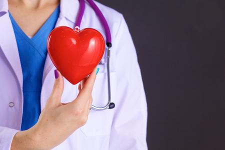 donacion de organos: Mujer médico con el estetoscopio celebración de corazón Foto de archivo