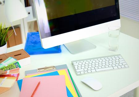 빈 메모장 및 노트북 사무실 테이블