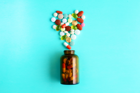 sobredosis: Medical pills and a bottle lie on the table. Medical concept