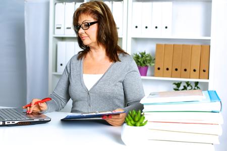 La femme derrière le bureau dans le bureau Banque d'images - 88069481