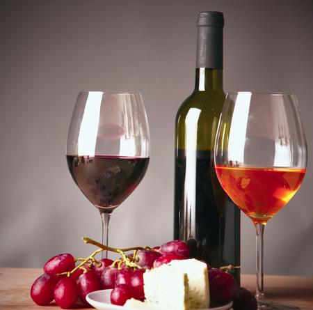 bouteille de vin et verre sur la table
