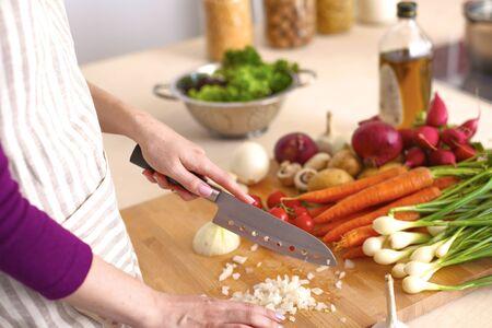 Giovane donna che cucina nella cucina. Cibo salutare
