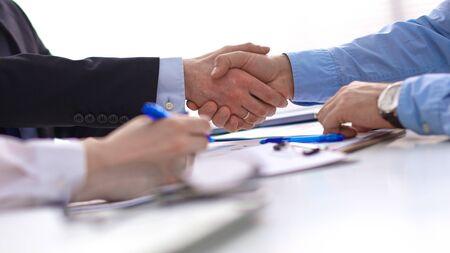 ビジネスハンドシェイク。両手を握手する二人のビジネスマン