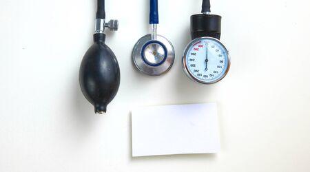 Attrezzatura medica dal tester di pressione sanguigna isolata su bianco Archivio Fotografico