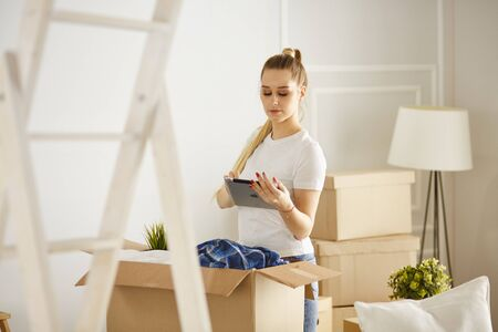 Girl parses things when moving to a new house Banque d'images