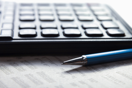 contabilidad financiera cuentas: Calculadora, bol�grafo, documento sobre el escritorio en la oficina