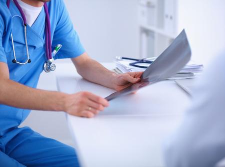 Médecin de sexe masculin colonne expliquant x-ray pour le patient