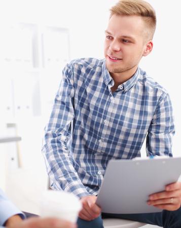 persone che parlano: Uomini d'affari parlando sulla riunione a ufficio