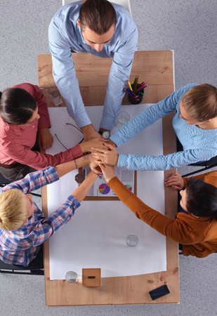 trabajo en equipo: Equipo de negocios con las manos juntas - conceptos de trabajo en equipo Foto de archivo