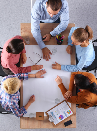 cooperacion: Negocios personas sentadas y discusiones en la reunión de negocios, en la oficina