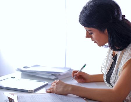 Femme avec documents assis sur le bureau