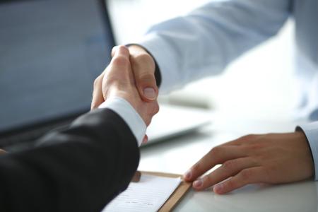 La gente de negocios dándose la mano, terminando una reunión Foto de archivo - 39718805
