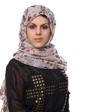 femme musulmane: Jeune portrait de femme asiatique portant un foulard rouge isolé sur blanc.