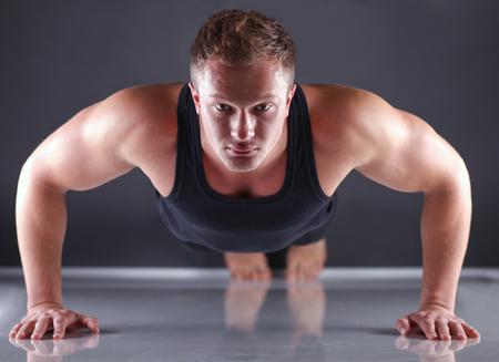 Fitness homme faisant push ups sur le plancher Banque d'images