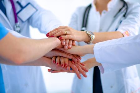 Médecins et infirmières dans une équipe médicale d'empilage des mains