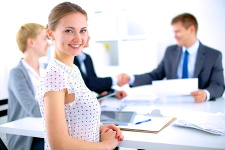 Les gens d'affaires se serrant la main, finir une réunion