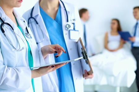 Jeune médecin de femme tenant un Tablet PC