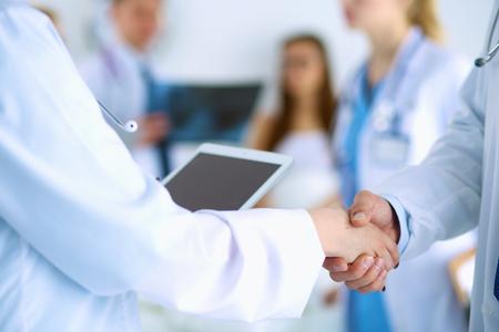 medical people: Gente m�dicos j�venes apret�n de manos en la oficina Foto de archivo