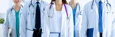 Portret van de groep van lachende ziekenhuis collega's staan ??samen Stockfoto