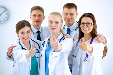 grupo de médicos: Retrato de equipo de médicos que muestran los pulgares para arriba Foto de archivo