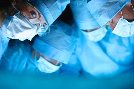 équipe de chirurgie dans la salle d'opération