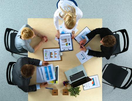 menschen sitzend: Business-Leute sitzen und diskutieren bei Gesch�ftstreffen im B�ro Lizenzfreie Bilder