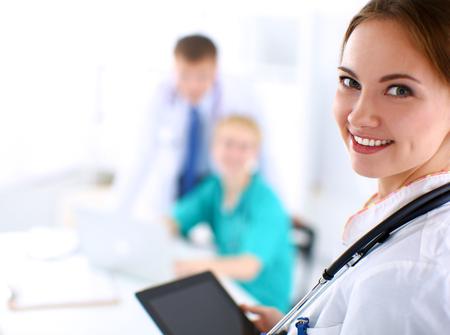 doctores: Doctor de la mujer joven que sostiene un Tablet PC