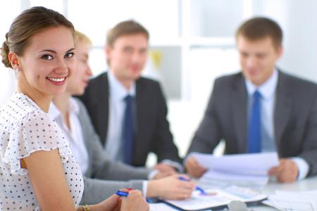 papeles oficina: Negocios personas sentadas y discusiones en la reuni�n de negocios, en la oficina