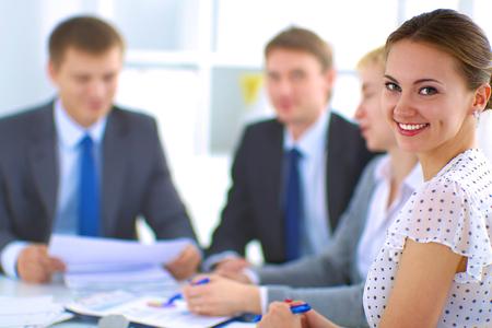 reuniones empresariales: Negocios personas sentadas y discusiones en la reuni�n de negocios, en la oficina