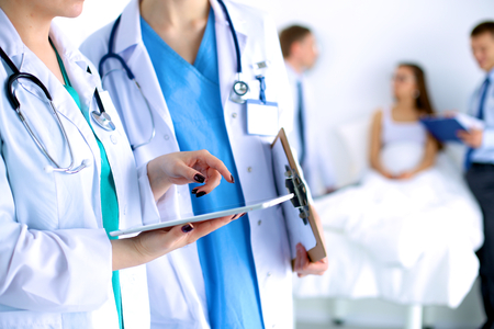 Jonge vrouw arts die een tablet pc