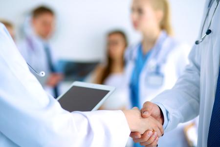 Les jeunes médicaux handshaking au bureau