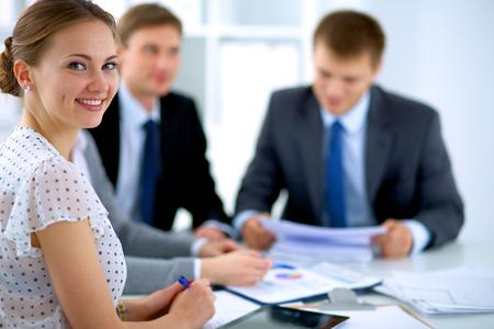 Les gens d'affaires assis et de discuter lors de la réunion d'affaires, dans le bureau