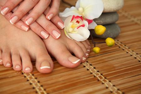 Cuidado para las piernas hermosas de la mujer con la flor Foto de archivo - 40783109
